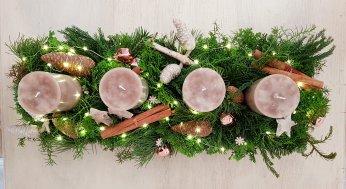 Advent-Gesteck in weiß und braun