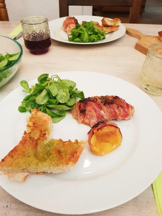 Hühnerbrust mit Würzbutter und Speck & Knoblauch-Baguette.jpg