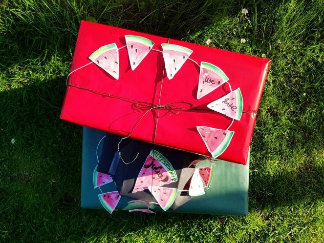 Geschenkverpackung mit DIY-Wimpelkette aus Wassermelonen.jpg