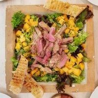 Salat mit Rumpsteak, Mango und Zitrus-Ingwer-Dressing