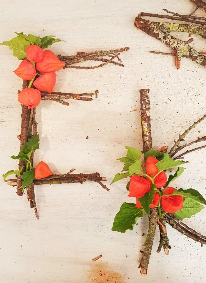 Initialien aus Zweigen und Blüten basteln .jpg