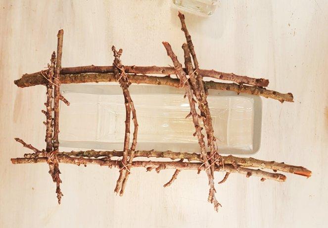 Upcycling aus Zweigen: Gitter als Stütze auf der Vase für Blumen.jpg