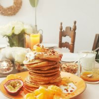 Fluffige Pancakes mit Mandarinen-Karamell-Sirup mit Kurkuma