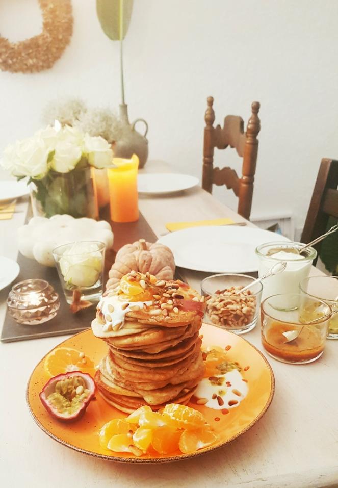 american Pancakes und Orangen-Karamell-Sirup mit Kurkuma, dazu Obst, Joghurt und Pinienkerne