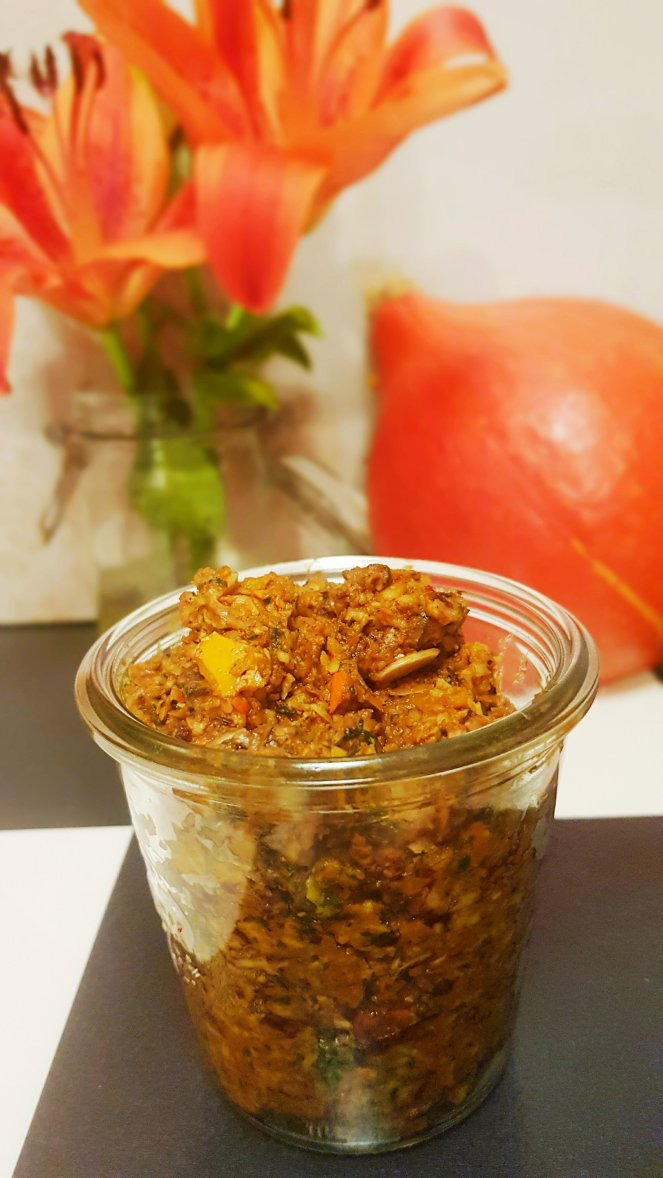 Süß rauchiges Kürbispesto mit gerösteten Kürbiskernen. würzigem Ziegenköse, samtigem Kürbiskernöl und Orangensaft,