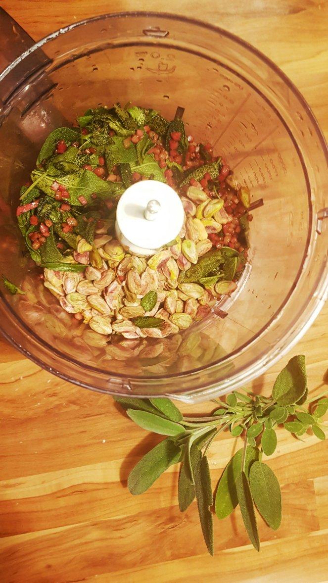 herrliches Salbei-Pesto mit Speck und Pistazien.jpg