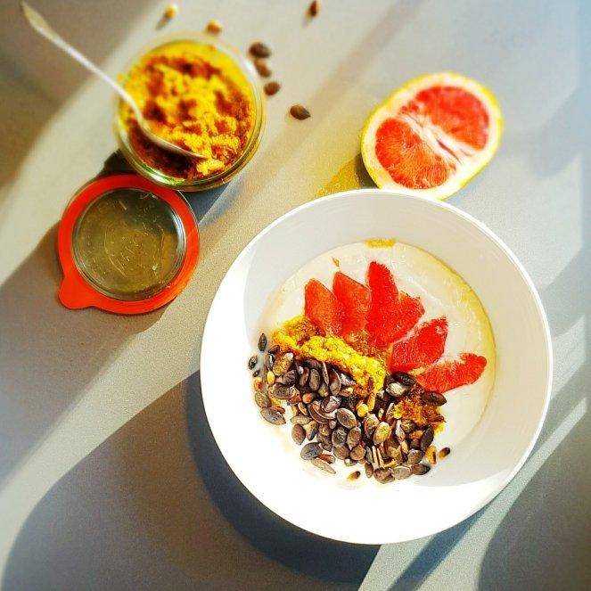 Kürbis-Pesto in der Frühstücks-Bowl mit griechischem Joghurt, Grapefruit und Kürbiskernen. Leckerstes Super-Food!!