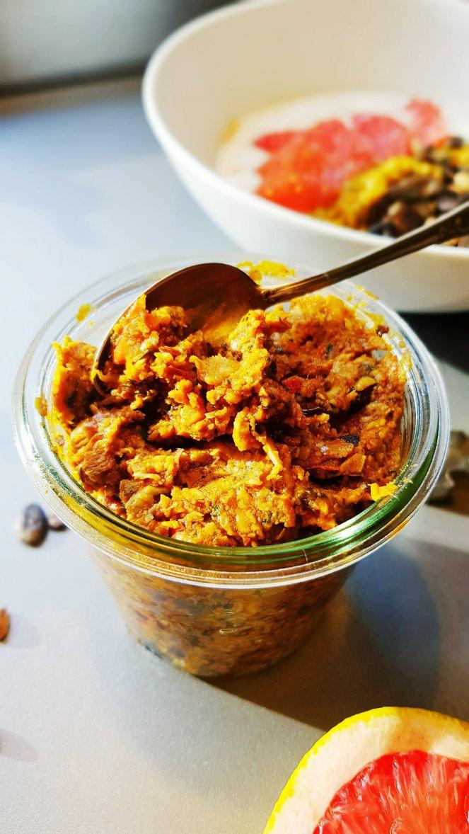 Rauchig-süßes Kürbispesto mit gerösteten Kürbiskernen, würzigem Ziegenkäse und samtigem Kürbiskernöl