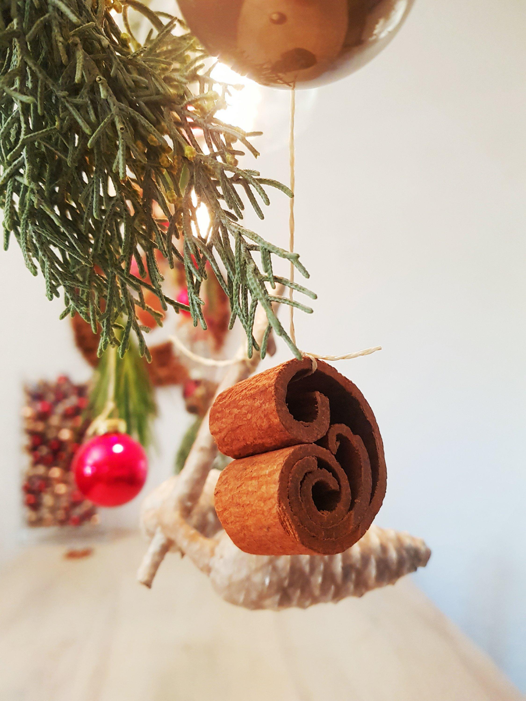 Außergewöhnliche Weihnachtskugeln.Zimststangen Und Weihnachtskugeln Außergewöhnliche Adventdeko