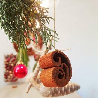 Zimststangen und Weihnachtskugeln - außergewöhnliche Adventdeko leicht gemacht