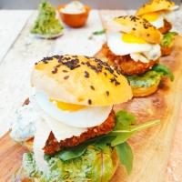 Knusprige Fischburger mit Dill-Sesam-Creme und Erbsen-Hummus