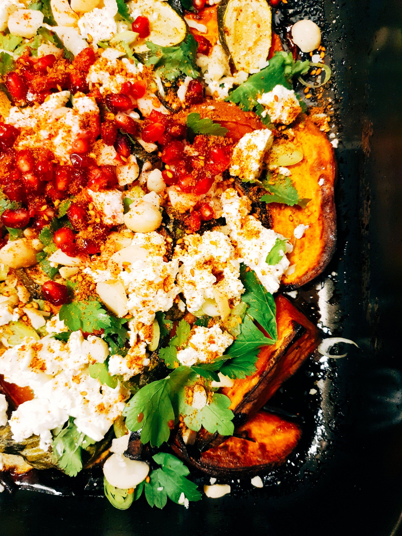 In saftiger Orangenreduktion karamellig gebackene Kräutersüßkartoffeln mit Zucchinis und Spinat getoppt mit frischen Kräutern, Schafskäse, Granatapfelkernen und Macadamia-Nüssen und verfeinert mit orientalischen Gewürzen. Leider geil!!