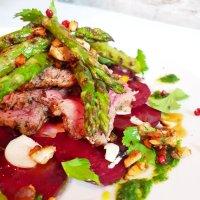 Rinderfilet im Macadamia-Mantel und grüner Spargel vom Grill auf Rote-Bete-Carpaccio