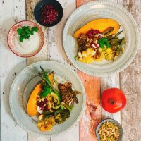 Harissa-Ofengemüse mit Sesamjoghurt und Granatapfel-Knoblauchöl