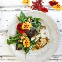 Gefüllte Zucchini-Blüten und Blumensalat